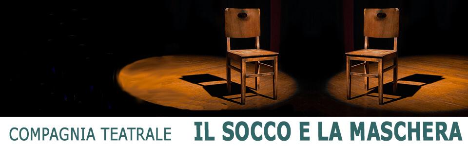 un palco con due sedie vuote illuminate dai riflettori
