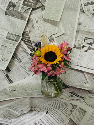 rassegna di giornali con vaso di fiori