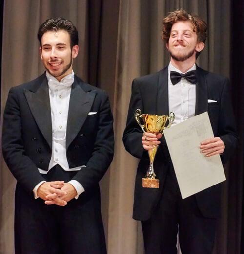 i due interpreti ricevono il premio alla commedia