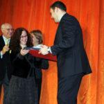 Rosa Startari riceve il trofeo miglior attrice premio teatrale Vimodrone