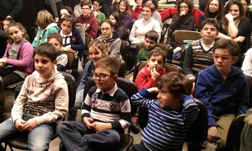 il giovanissimo pubblico si diverte