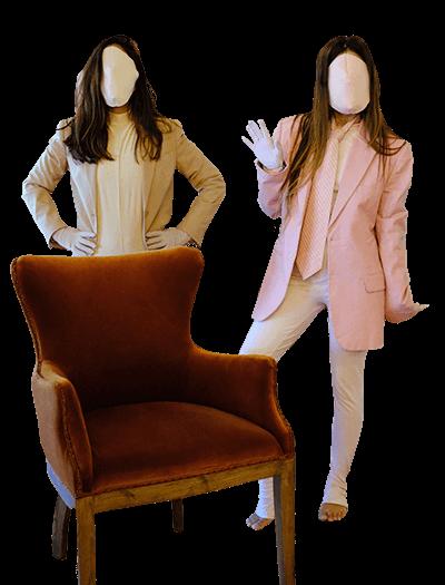 due attrici fanno teatro in un salotto privato