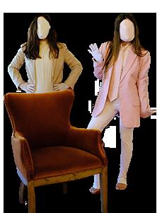 due attrici si esibiscono in un salotto privato
